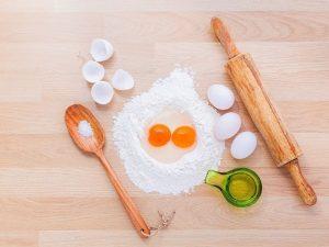 Come fare la pizza in casa: gli ingredienti per prepararla con uova, olio, sale e matterello per la stesura